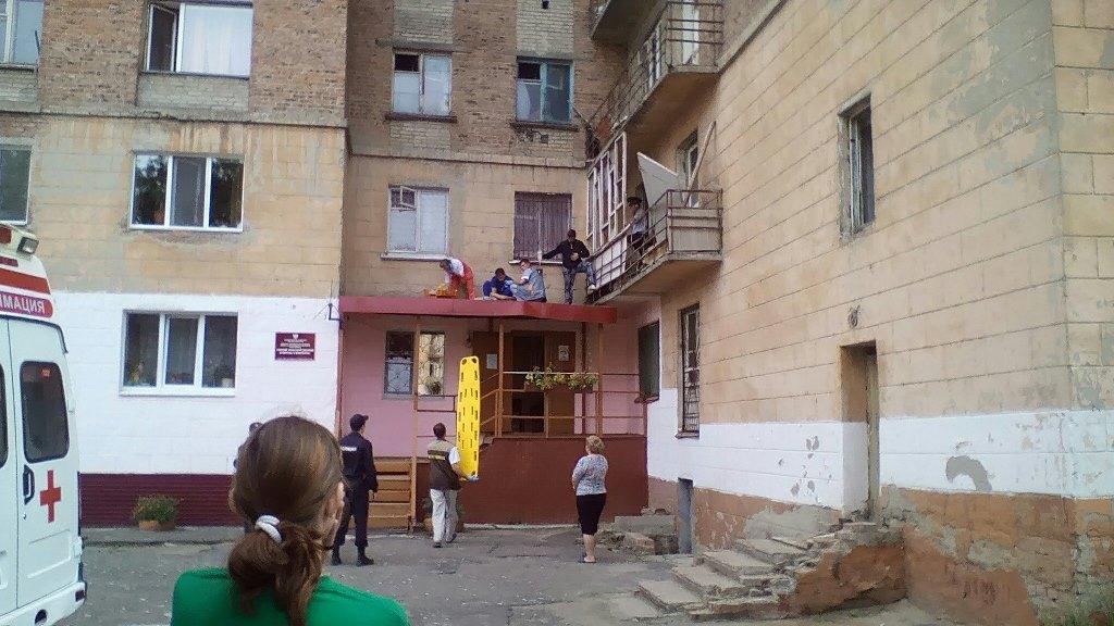 Пьяный омич выпал с седьмого этажа на козырек подъезда.
