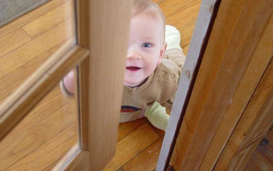 Ребенок закрыл на балконе.